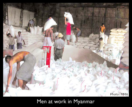 Photography: Men at work in Myanmar